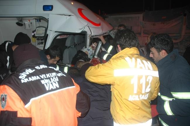 Van'da cezaevi aracı ambulans çarpıştı: 1 ölü, 12 yaralı 3