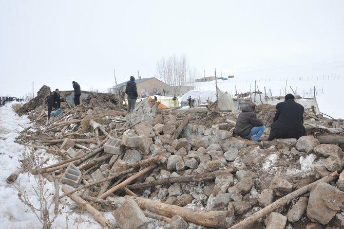 Başkale'deki depremden geriye kalan enkaz yığınları 1