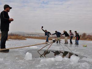 """Kızılırmak'ta """"Eskimo usulü"""" balık avı"""