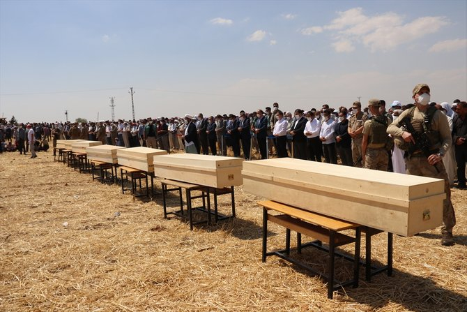 Konya'daki trafik kazasında hayatını kaybeden 7 kişi Şanlıurfa'da toprağa verildi 1