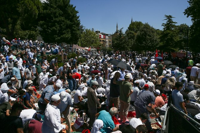 Ayasofya-i Kebir Cami-i Şerifi, 86 yıl sonra kılınan cuma namazıyla ibadete açıldı 1