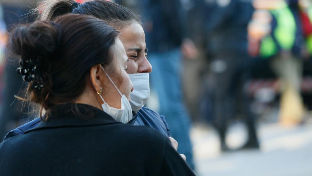 Enkazda bir aileyi arayan personel gözyaşlarını tutamadı 1