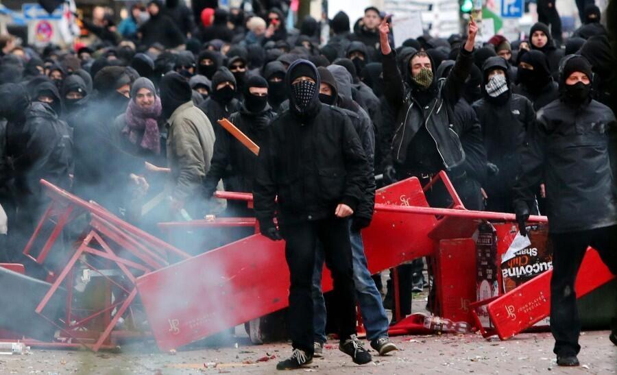 Almanya Polisi Göstericilere Canine Saldırdı 1