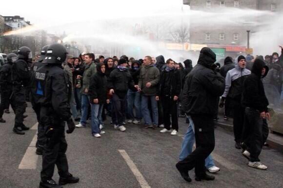 Almanya Polisi Göstericilere Canine Saldırdı 17