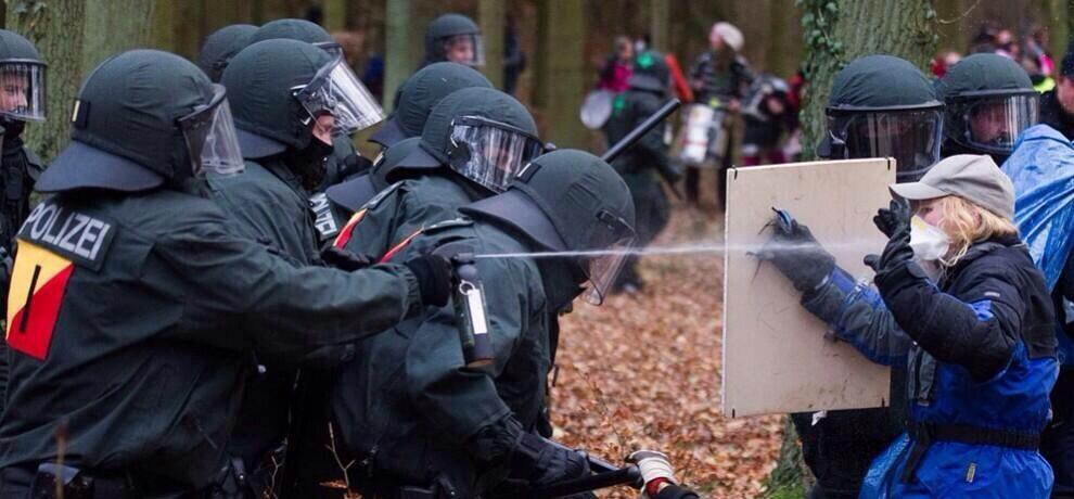 Almanya Polisi Göstericilere Canine Saldırdı 2