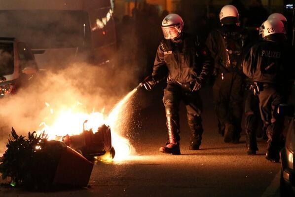 Almanya Polisi Göstericilere Canine Saldırdı 23
