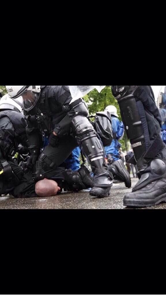 Almanya Polisi Göstericilere Canine Saldırdı 4