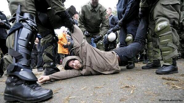 Almanya Polisi Göstericilere Canine Saldırdı 5