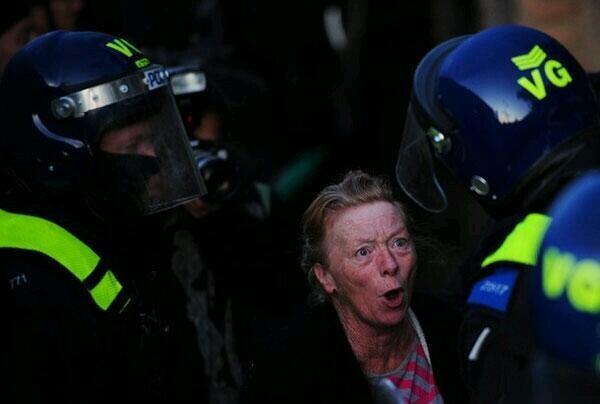 Almanya Polisi Göstericilere Canine Saldırdı 6