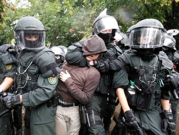 Almanya Polisi Göstericilere Canine Saldırdı 9