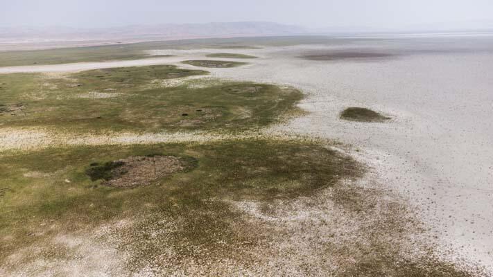 Kuruyan Akşehir Gölü'nün ortasında araçla gezilebiliyor 1