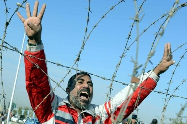 Mursi'nin yargılanması protesto ediliyor 11