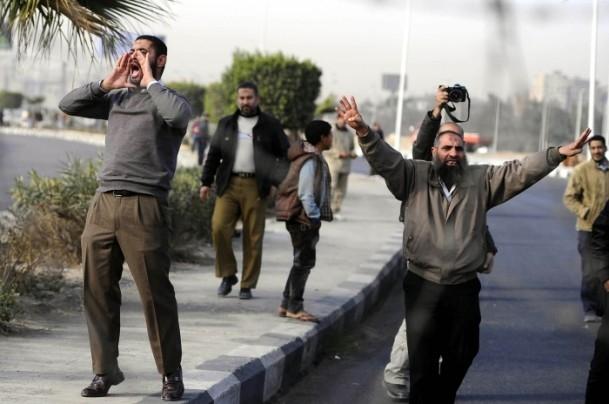 Mursi'nin yargılanması protesto ediliyor 3