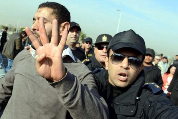 Mursi'nin yargılanması protesto ediliyor 7