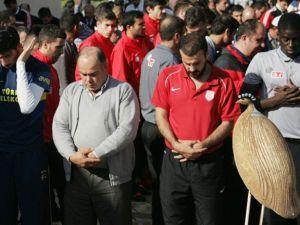 Futbolcular ve hocalar cuma namazında