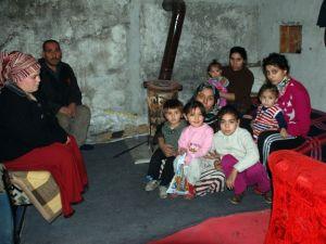 Evi yanan 13 kişilik aile kömürlükte kalıyor