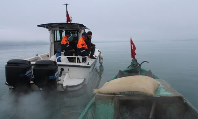Jandarma Beyşehir Gölü adasındaki yabani tavşanlara yem bıraktı 2