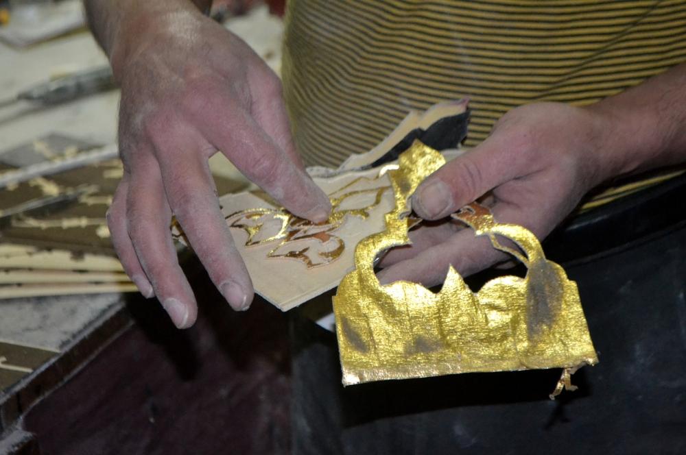 Altın ve ebruyla işlediği sazlar ilgi çekiyor 4