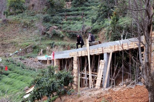 Evine ulaşmak için 68 metrelik köprü yaptı 8