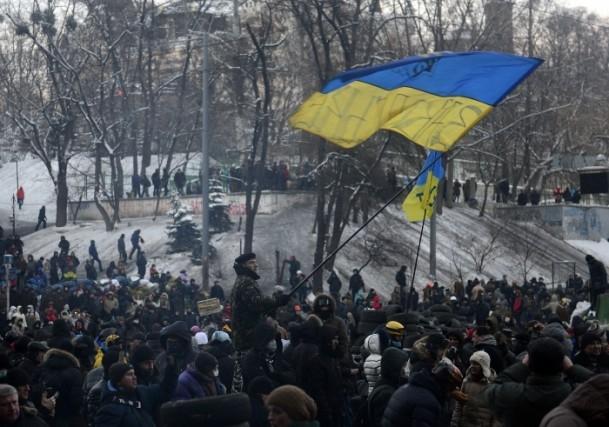 Ukrayna'da göstericiler Bölge Valiliklerine yürüyor 1