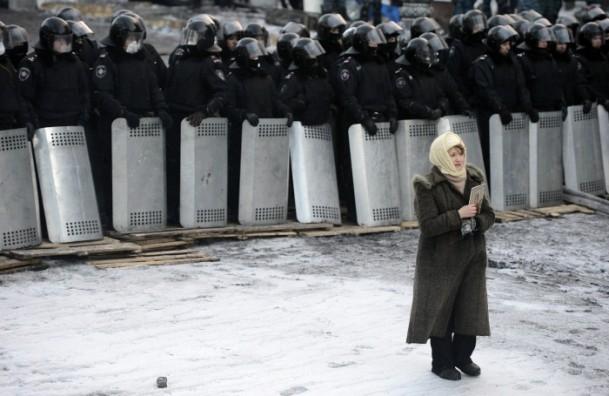 Ukrayna'da göstericiler Bölge Valiliklerine yürüyor 10