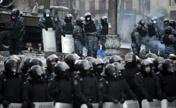 Ukrayna'da göstericiler Bölge Valiliklerine yürüyor 12