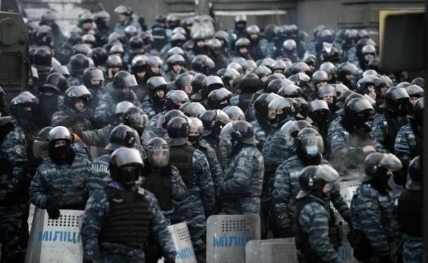 Ukrayna'da göstericiler Bölge Valiliklerine yürüyor 15