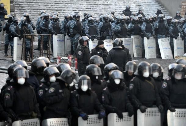 Ukrayna'da göstericiler Bölge Valiliklerine yürüyor 16