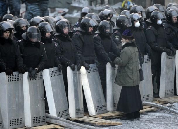 Ukrayna'da göstericiler Bölge Valiliklerine yürüyor 17