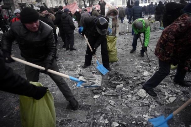 Ukrayna'da göstericiler Bölge Valiliklerine yürüyor 2
