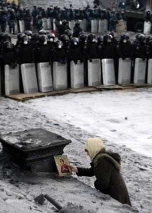 Ukrayna'da göstericiler Bölge Valiliklerine yürüyor 6