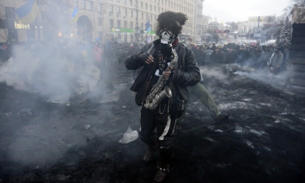 Ukrayna'da göstericiler Bölge Valiliklerine yürüyor 8