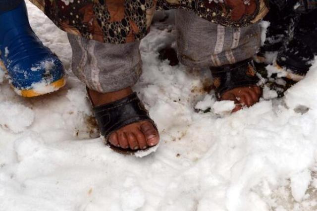 Suriyeli çocuklar donuyor... 18