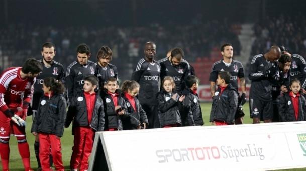Futbolcular sahaya Suriyeli çocuklarla el ele çıktı 10