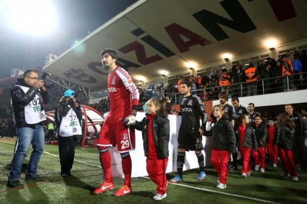 Futbolcular sahaya Suriyeli çocuklarla el ele çıktı 2
