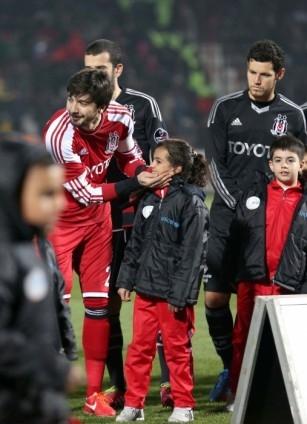 Futbolcular sahaya Suriyeli çocuklarla el ele çıktı 3