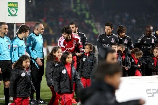 Futbolcular sahaya Suriyeli çocuklarla el ele çıktı 5