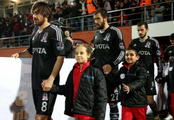 Futbolcular sahaya Suriyeli çocuklarla el ele çıktı 7