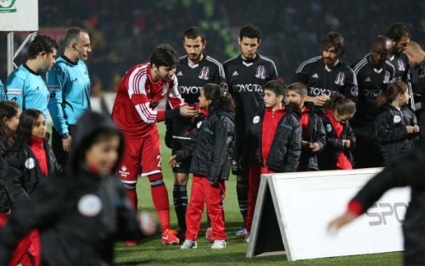 Futbolcular sahaya Suriyeli çocuklarla el ele çıktı 9