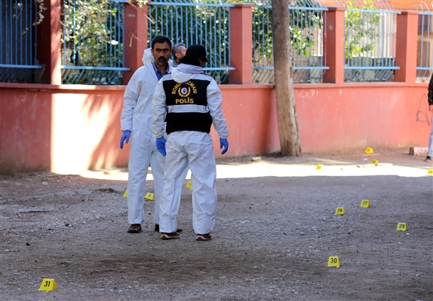 Mersin'de bir okula patlayıcı atıldı 3