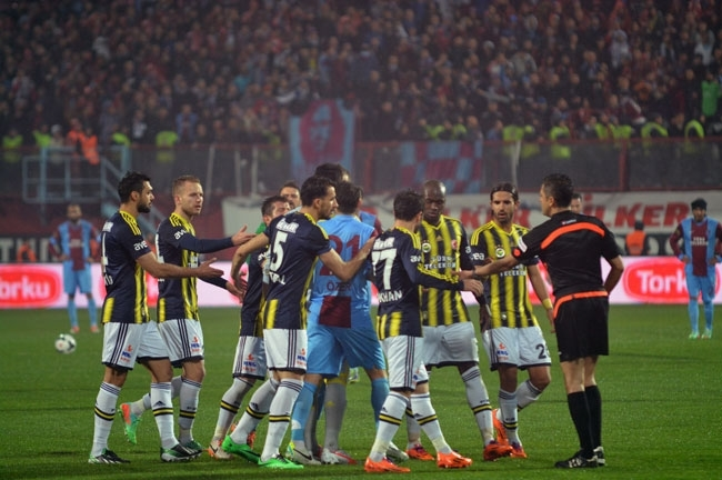 Trabzonspor - Fenerbahçe maçı tatil edildi 24