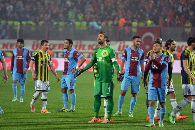Trabzonspor - Fenerbahçe maçı tatil edildi 25