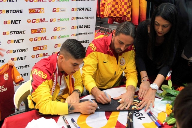 Galatasaraylı futbolcular Konya'da imza dağıttı 1