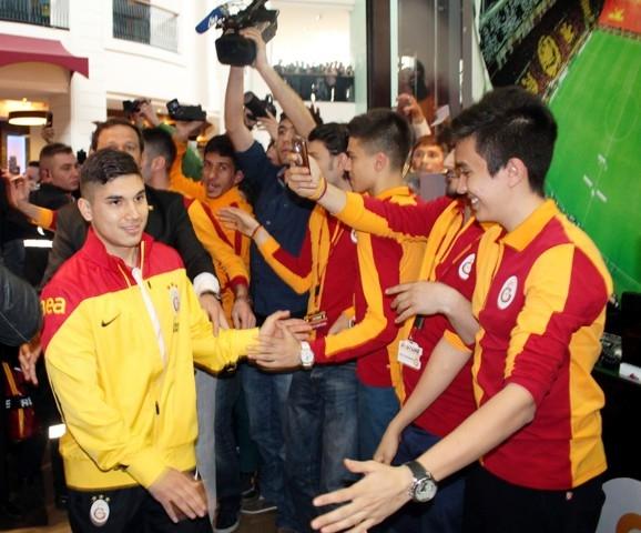 Galatasaraylı futbolcular Konya'da imza dağıttı 2