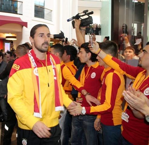 Galatasaraylı futbolcular Konya'da imza dağıttı 3