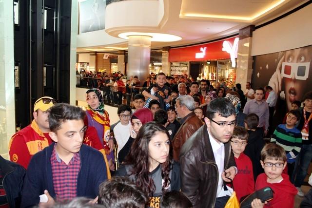 Galatasaraylı futbolcular Konya'da imza dağıttı 5