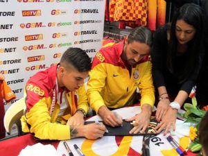 Galatasaraylı futbolcular Konya'da imza dağıttı