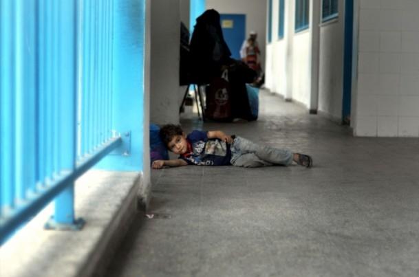 Onlarca aile bir okula sığındı 1