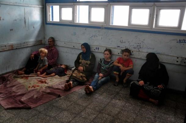 Onlarca aile bir okula sığındı 4