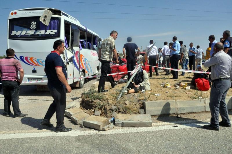 Midibüs otomobille çarpıştı: 20 yaralı 1